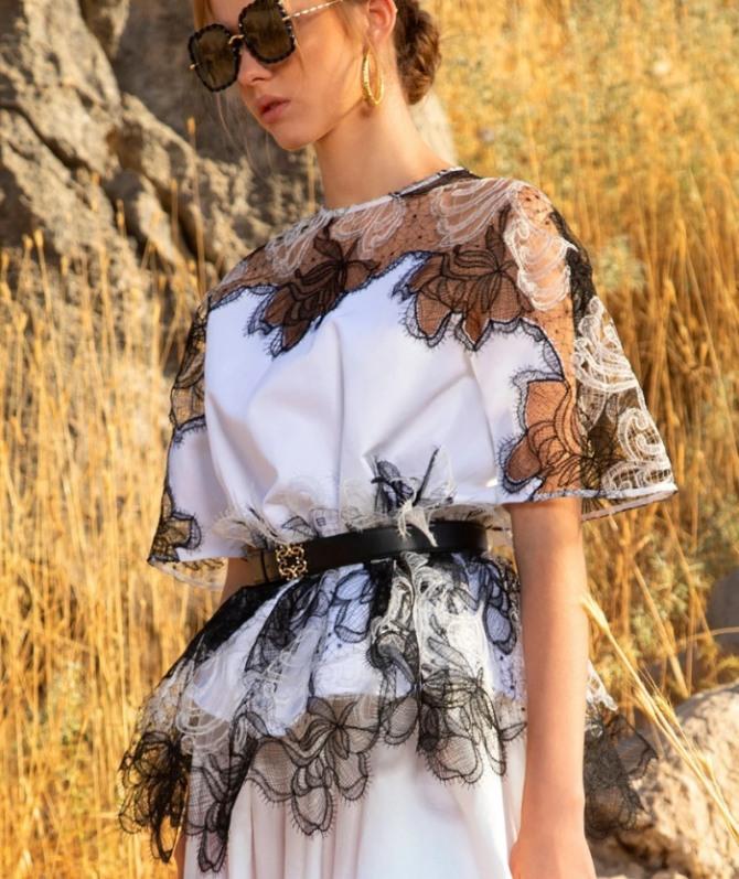 роскошная белая шелковая блуза с кружевными вставками в коричневой гамме, с неровным низом и черным ремнем с пряжкой