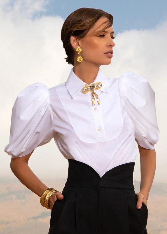белая нарядная блузка с брошью и короткими рукавами-фонариками - тренды с подиумов европейских столиц на 2021 год