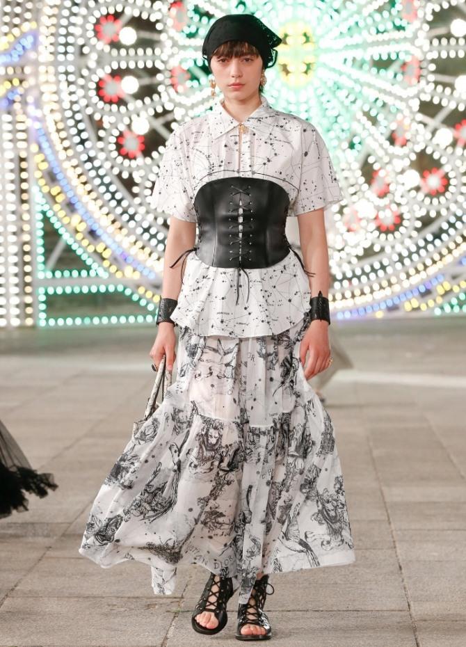 светлая женская блуза с модным кожаным аксессуаром черного цвета на талии - поясом-корсетом