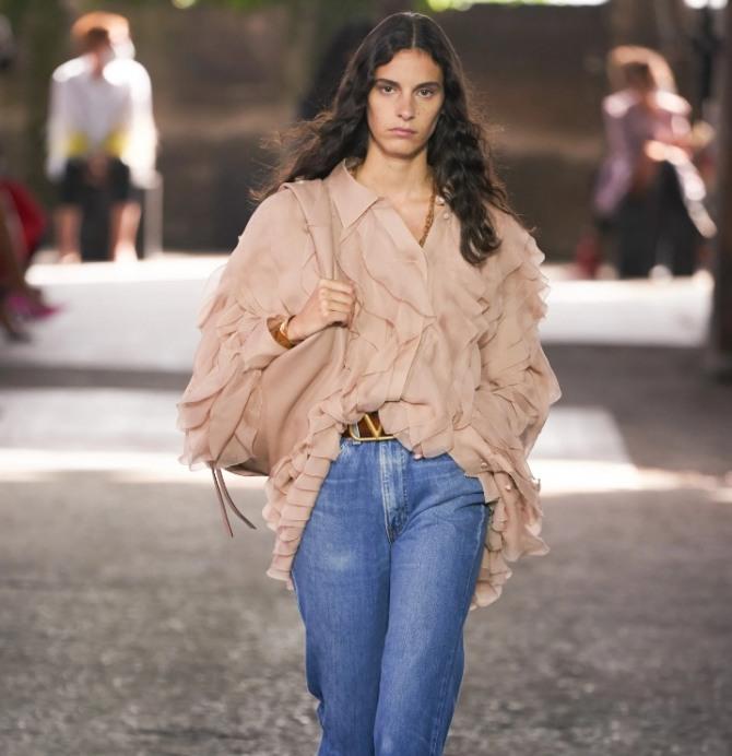 какие блузы и туники носить с джинсами в 2021 году - модель в романтическом стиле цвета пыльная роза