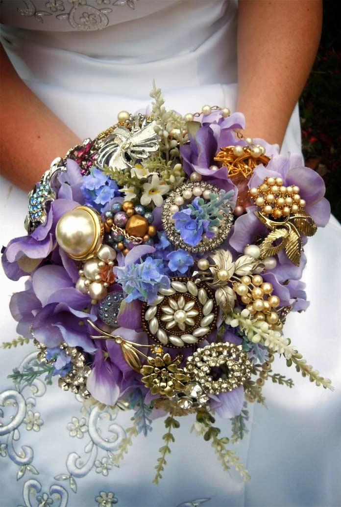 Красивые букеты цветов: с ювелирными украшениями