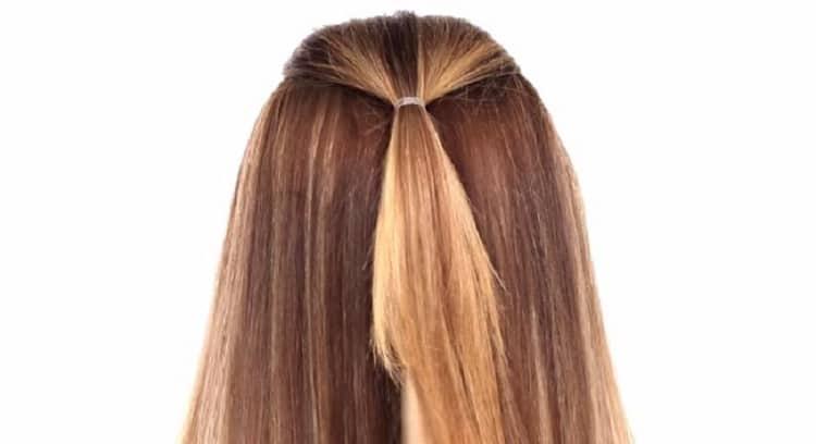 Резинка удерживает первую прядь волос