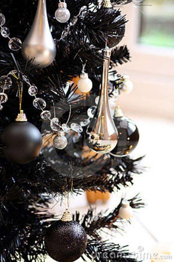 Новогодний декор в чёрном цвете.