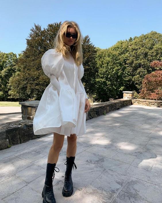 Платье с пышными рукавами и грубыми ботинками