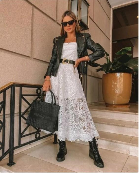 белое платье с кружевами, косухой и грубыми ботинками