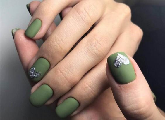 сердечко на ногтях